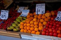 Frutas en parada del mercado fotografía de archivo libre de regalías