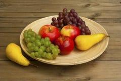Frutas en plato de madera Fotografía de archivo libre de regalías