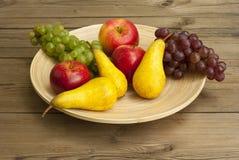 Frutas en plato de madera Foto de archivo libre de regalías