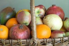 Frutas en primer marrón de la cesta de mimbre Imágenes de archivo libres de regalías