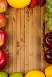 Frutas en un fondo de madera Fotografía de archivo
