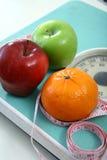 Frutas en una balanza  Fotografía de archivo