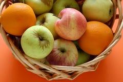 Frutas en una cesta Imagen de archivo