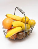 Frutas en una cesta Fotografía de archivo libre de regalías