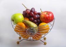 Frutas en una cesta Imagen de archivo libre de regalías