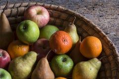 Frutas en una cesta, manzana, pera, naranja, mandarín Imagen de archivo