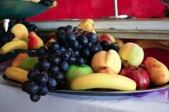 Frutas en una placa foto de archivo libre de regalías