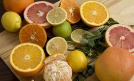 Frutas en una tarjeta de madera Fotos de archivo libres de regalías