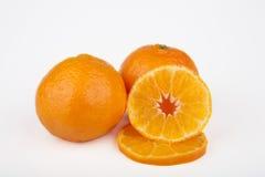 Frutas enteras y cortadas de la clementina Fotos de archivo