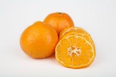 Frutas enteras y cortadas de la clementina Imagen de archivo libre de regalías