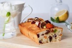 Frutas escarchadas de la comida de la torta del ciruelo, nueces, secadas Foto de archivo