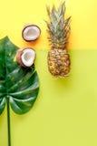 Frutas exóticas cortadas en el espacio amarillo de la opinión superior del fondo para el texto Imagenes de archivo