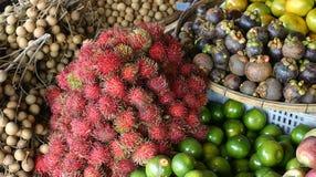 Frutas exóticas em um mercado Fotos de Stock Royalty Free
