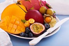 Frutas exóticas en la placa blanca Imagen de archivo