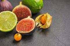 Frutas exóticas en la placa de la pizarra Fotografía de archivo libre de regalías