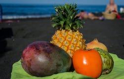 Frutas exóticas en la playa negra de la arena en las islas Canarias fotos de archivo libres de regalías