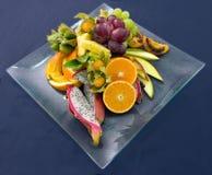 Frutas exóticas en una placa Imagen de archivo libre de regalías