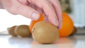 Frutas exóticas frescas kiwi y presentación de las naranjas en la cocina almacen de metraje de vídeo