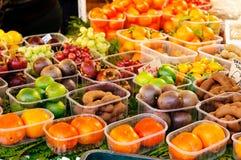 Frutas exóticas no mercado Foto de Stock