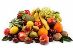 Frutas frescas aisladas en un fondo blanco. Imagen de archivo