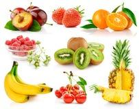 Frutas frescas ajustadas com folhas verdes Fotografia de Stock
