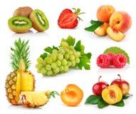Frutas frescas ajustadas com folhas verdes Imagem de Stock