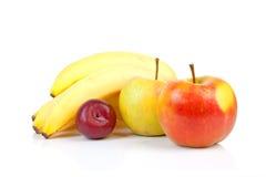 Frutas frescas: bananas, maçãs e ameixa imagens de stock