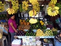 Frutas frescas clasificadas en un soporte de fruta en un punto turístico en la ciudad de Tagaytay, Filipinas Foto de archivo