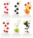 Frutas frescas coloridas que caen en el chapoteo lechoso Imagen de archivo