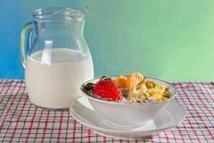 Frutas frescas com flocos de milho e jarro de leite Imagens de Stock Royalty Free