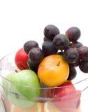 Frutas frescas con la máquina juicing Fotos de archivo libres de regalías
