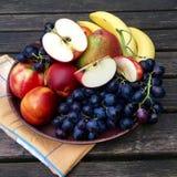 Frutas frescas con las manzanas, las nectarinas y las uvas Fotografía de archivo libre de regalías