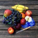 Frutas frescas con las manzanas, las nectarinas y las uvas Imagen de archivo libre de regalías