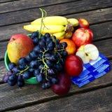 Frutas frescas con las manzanas, las nectarinas y las uvas Imagen de archivo