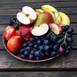 Frutas frescas con las manzanas, las nectarinas y las uvas Fotos de archivo