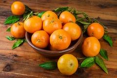 Frutas frescas de las mandarinas en la madera Fotos de archivo