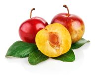Frutas frescas del ciruelo con las hojas verdes Imagenes de archivo
