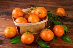 Frutas frescas del mandarín de las mandarinas en la tabla de madera Aún vida rústica Imagen de archivo libre de regalías