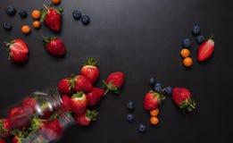 Frutas frescas dispersadas en la tabla Imagen de archivo