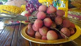 Frutas frescas en el altar sagrado Imagen de archivo libre de regalías