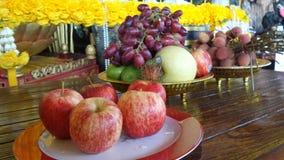Frutas frescas en el altar sagrado Foto de archivo