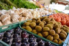 Frutas frescas en el mercado Imágenes de archivo libres de regalías