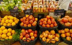 Frutas frescas en el supermercado fotografía de archivo libre de regalías
