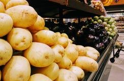 Frutas frescas en estante del supermercado foto de archivo libre de regalías