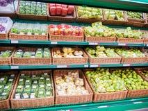 Frutas frescas en estante en supermercado Foto de archivo
