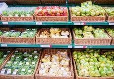 Frutas frescas en estante en supermercado Imágenes de archivo libres de regalías