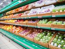Frutas frescas en estante en supermercado Fotografía de archivo