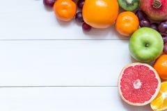 Frutas frescas en fondo del marco de los tableros de madera imagenes de archivo