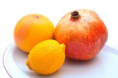 Frutas frescas en la placa Imágenes de archivo libres de regalías