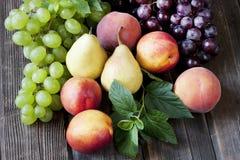 Frutas frescas en tarjeta de madera Imagen de archivo